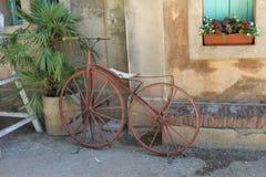 Bicicleta velha antiques foto de stock royalty free