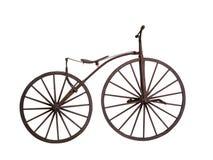 Bicicleta velha com as rodas de madeira isoladas Imagem de Stock