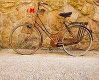 Bicicleta velha com curvas vermelhas Fotos de Stock