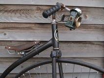 Bicicleta velha de encontro à parede de madeira velha. foto de stock
