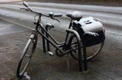 Bicicleta velha do estacionamento sob a neve na rua Bicicleta abandonada Fotos de Stock Royalty Free