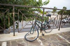 Bicicleta velha do vintage na rua Imagens de Stock