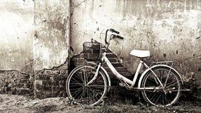 Bicicleta velha e parede rachada imagens de stock royalty free