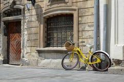 Bicicleta velha em uma cidade velha foto de stock royalty free