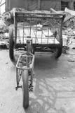 Bicicleta velha em Vietname (monocromático) Imagens de Stock