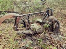 Bicicleta velha encontrada nas madeiras fotografia de stock