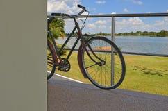 Bicicleta velha ereta na construção foto de stock royalty free