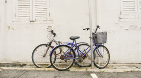 Bicicleta velha fechado na rua Fotos de Stock