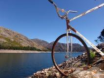 Bicicleta velha na montanha Fotos de Stock Royalty Free