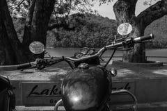 Bicicleta velha nas máscaras do cinza Foto de Stock