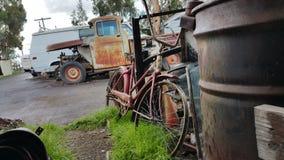 Bicicleta velha no cemitério de automóveis Imagem de Stock Royalty Free