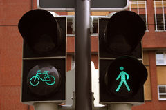 Bicicleta verde y semáforos peatonales Imagen de archivo libre de regalías