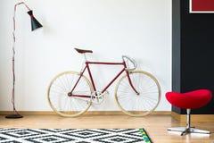 Bicicleta vermelha e à moda fotos de stock