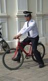 Bicicleta vermelha sem os freios que estão sendo removidos pelo agente de segurança Fotos de Stock Royalty Free