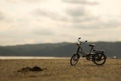 Bicicleta vieja abandonada en la playa Imágenes de archivo libres de regalías