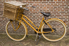 Bicicleta vieja de la vendimia con la cesta Fotos de archivo libres de regalías