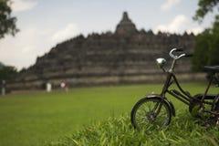 Bicicleta vieja delante del templo de Borobudur Foto de archivo libre de regalías