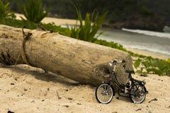 Bicicleta vieja en la playa Fotografía de archivo libre de regalías