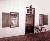 Bicicleta vieja y edificio viejo Imagenes de archivo
