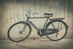 Bicicleta vieja y pared del fondo vieja Imagen de archivo