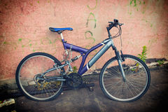 Bicicleta violeta velha Foto de Stock Royalty Free