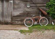 Bicicleta y cabina de madera Imagen de archivo libre de regalías