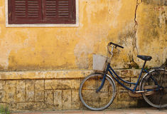 Bicicleta y casa vieja en Hoi Imagenes de archivo