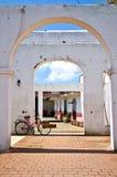 Bicicleta y edificio colonial en Trinidad, Cuba Fotos de archivo libres de regalías