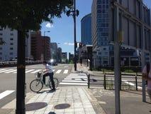 Bicicleta y la ciudad foto de archivo