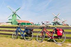 Bicicleta y molino de viento Fotografía de archivo libre de regalías