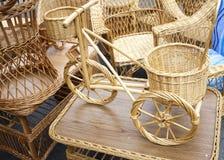 Bicicleta y muebles de mimbre Foto de archivo libre de regalías