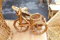 Bicicleta y muebles de mimbre Foto de archivo