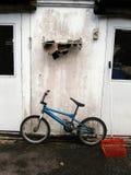 Bicicleta y pared azules Foto de archivo