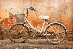 Bicicleta y pared blancas Imagen de archivo libre de regalías