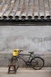 Bicicleta y taburete en un hutong Fotografía de archivo libre de regalías