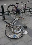 Bicicletas abandonadas en la acera Foto de archivo libre de regalías