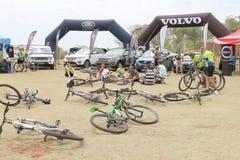 Bicicletas abandonadas na frente da exposição luxuosa do carro de motor 4x4 em B Fotos de Stock