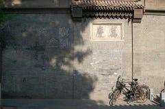 Bicicletas al lado de la pared vieja Fotos de archivo