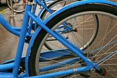 bicicletas azules de la ciudad Imágenes de archivo libres de regalías