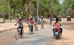 Bicicletas camboyanas del paseo de las mujeres en Angkor Fotografía de archivo