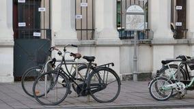 Bicicletas cerca del centro de comunidad judío - cacerola almacen de video
