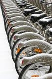Bicicletas cobertas pela neve fotografia de stock
