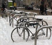 Bicicletas cobertos de neve após a queda de neve em Viena, Áustria foto de stock