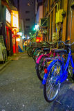 Bicicletas coloridas em seguido no ar livre do distrito de luzes vermelhas famoso bonito de Kabukicho, cerco de grande Foto de Stock
