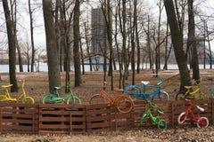 Bicicletas coloridas en la cerca Fotos de archivo