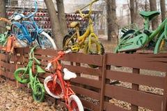 Bicicletas coloridas en la cerca Imagen de archivo libre de regalías