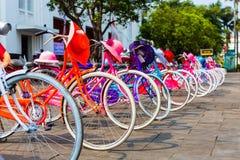 Bicicletas coloridas para el alquiler en Jakarta Fotografía de archivo libre de regalías