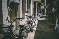 Bicicletas da aleia do alimento da rua de Japão fotos de stock royalty free