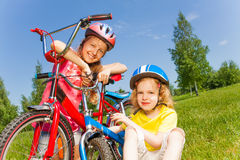 Bicicletas da fixação no campo imagens de stock
