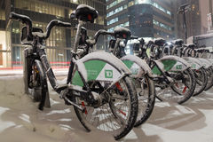 Bicicletas da parte da bicicleta cobertas na neve em Toronto Fotografia de Stock Royalty Free